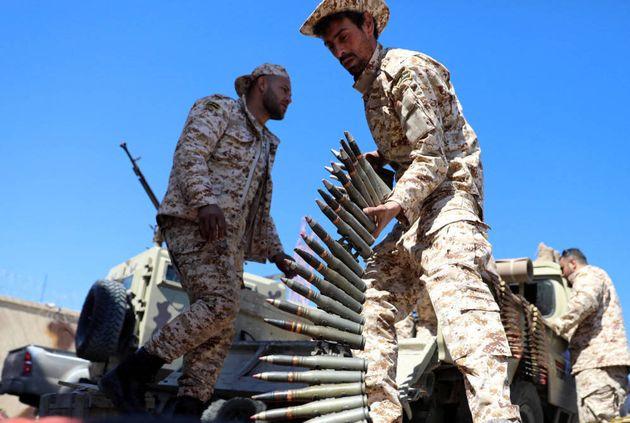 Un combatiente de las milicias de Misrata antes de partir hacia el frente de Trípoli, en