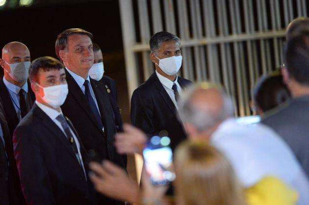 Presidente Jair Bolsonaro encontra jornalistas e apoiadores na porta do Palácio da Alvorada na...