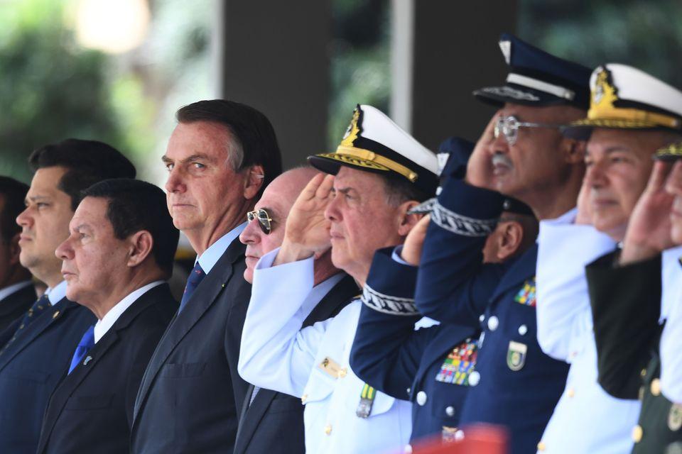 Levantamento do Poder 360 indica aproximadamente 3.000 integrantes das Forças Armadas em cargos...