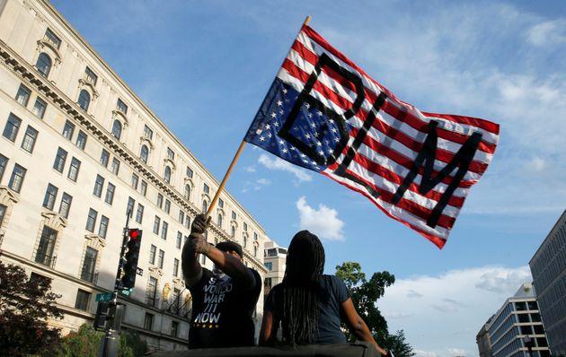 ホワイトハウス付近、逆さの星条旗に書いた「Black Lives