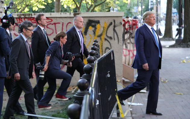 ホワイトハウス付近に集まっていた抗議デモの人々を催涙ガスなどで強制的に排除して、付近の教会で聖書を掲げるアピールをしたトランプ大統領、6月1日撮影