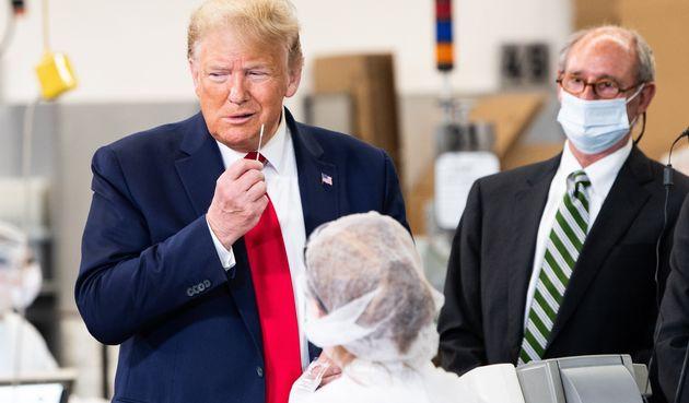 Donald Trump sujetando uno de los