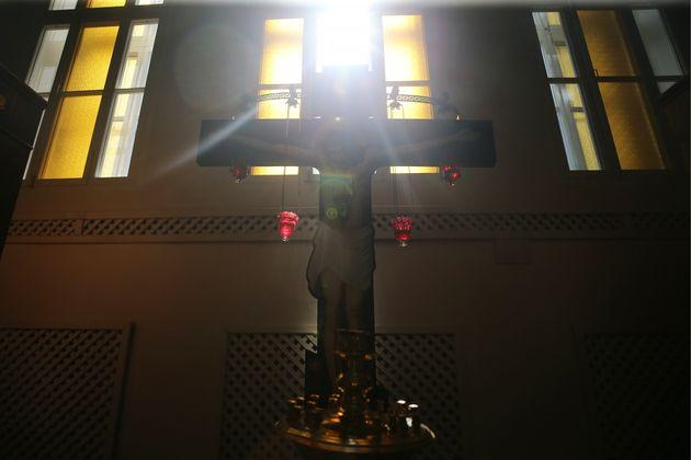 Prete va in carcere per celebrare la messa, beccato con nove cellulari