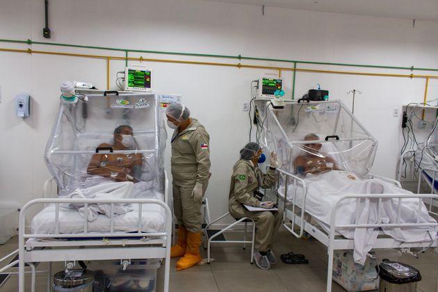 Enfermeiras conversam com pacientes no hospital de campanha Gilberto Novaes em Manaus, capital do estado...