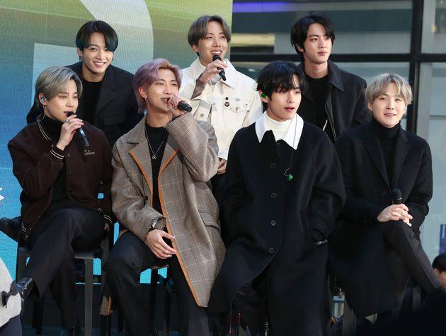 Jimin, Jungkook, RM, J-Hope, V, Jin e SUGA, do grupo de K-pop BTS, em participação no programa...