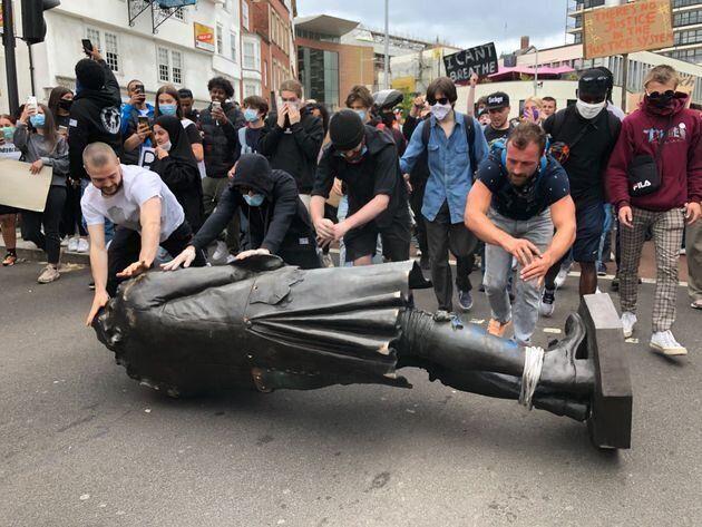Manifestantes derrubam estátua de comerciante de escravos no Reino