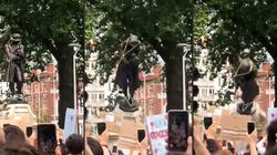 La statue d'un marchand d'esclaves renversée dans une rivière à