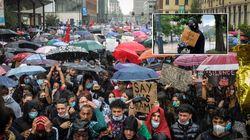Migliaia a Milano contro il razzismo sotto la pioggia. C'è anche Chiara