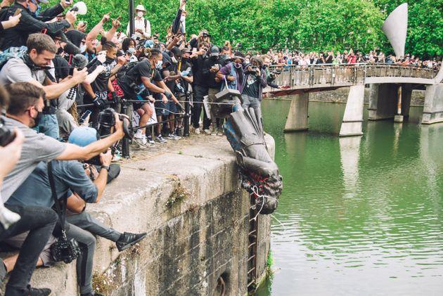 エイボン川に投げ込まれたコルストンの銅像