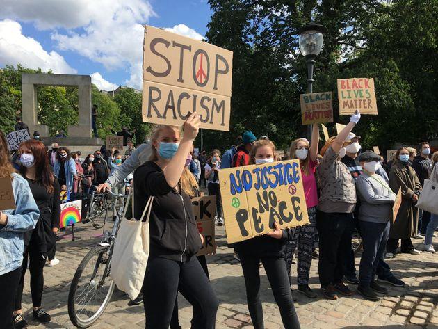 人種差別反対を訴えるデモ参加者