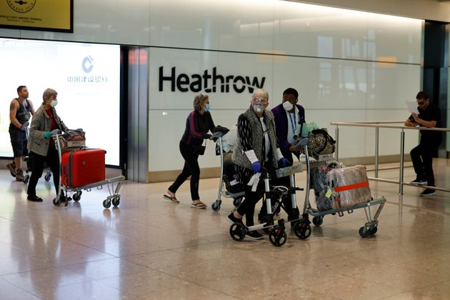 Des passagers arrivant au terminal 2 de l'aéroport d'Heathrow à Londres, le 22 mai