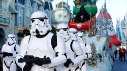 『スター・ウォーズ』の人気キャラが距離を空けるよう呼びかけ。ディズニーワールド再開で、銀河からやってきた