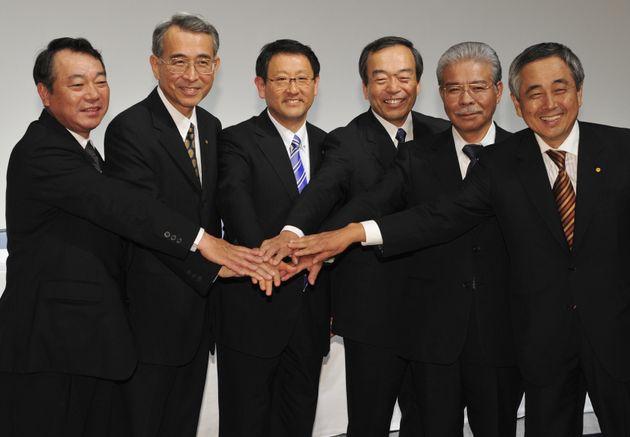 社長就任記者会見後、記念撮影するトヨタ自動車の豊田章男社長ら(2009年06月25日撮影)