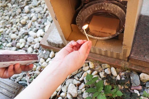 燻煙材はセットのスモークウッドミニ。着火はバーナーを使ったほうが楽です