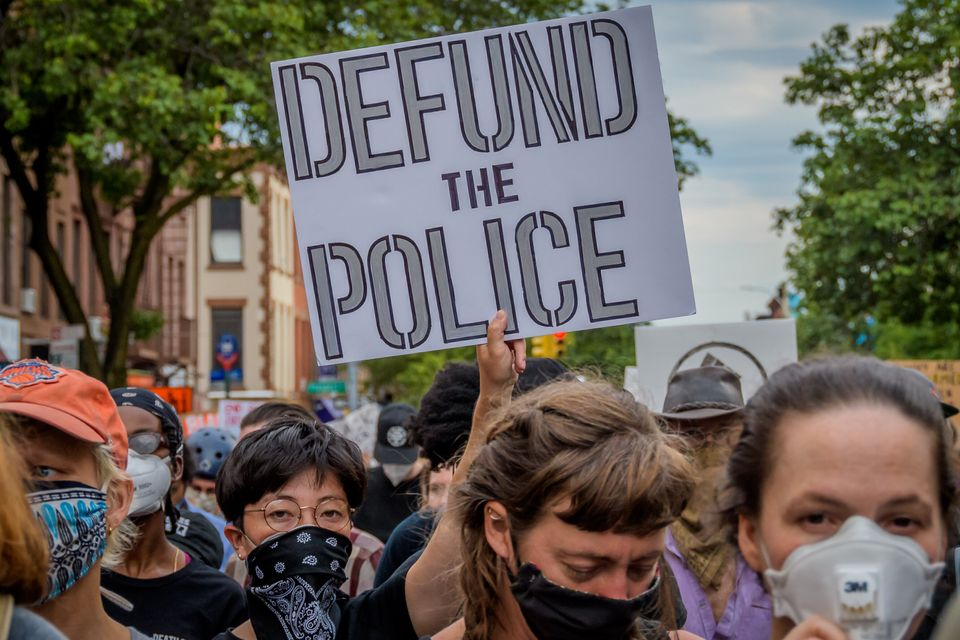 À l'image de cette manifestante photographiée à Brooklyn, de plus en plus d'Américains...