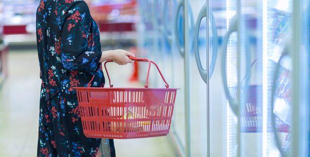 冷凍食品を買う人(イメージ写真)