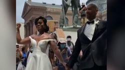Una pareja de recién casados se une a las manifestaciones por George