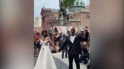 Si sposano tra i manifestanti di Philadelphia: