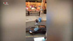 Con l'auto contro la folla a Seattle, poi scende e spara