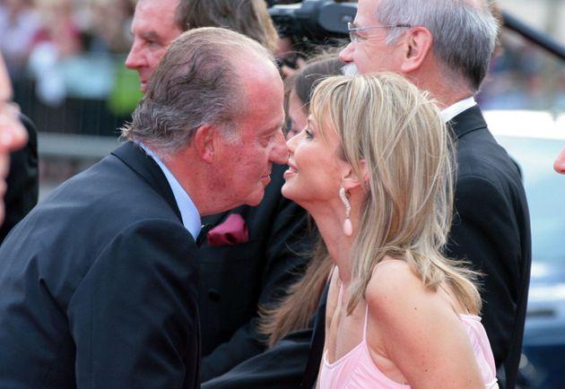 El rey Juan Carlos saluda, en mayo de 2006, a Corinna Zu Sayn-Wittgenstein durante la entrega de los...