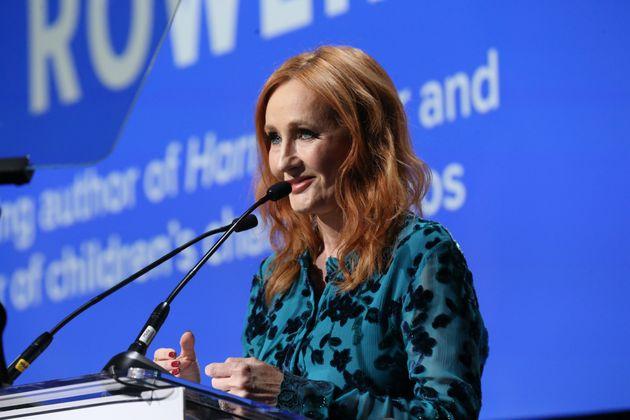 J.K. Rowling é criticada pela comunidade LGBT+ após tuítes considerados