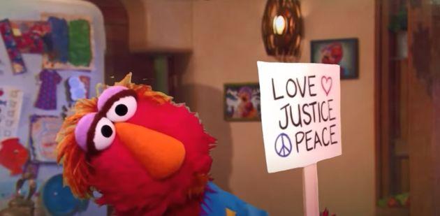 エルモの父は、抗議活動の意義をエルモに優しく伝える