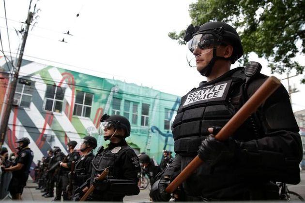 ジョージ・フロイドさんの死に抗議するデモ参加者を見張るシアトル警察