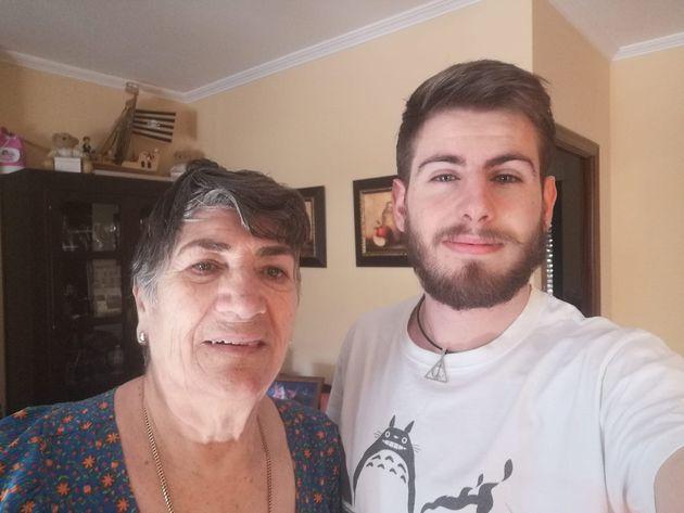 Manu Guerrero junto a su abuela