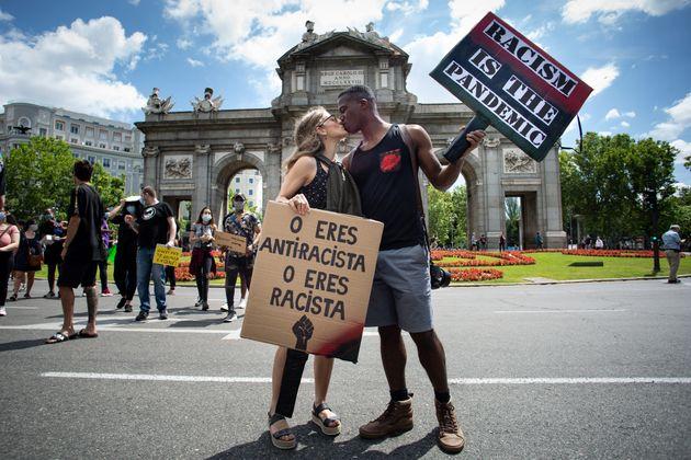 Una pareja se besa frente a la Puerta de Alcalá de Madrid, durante las protestas contra el racismo este...