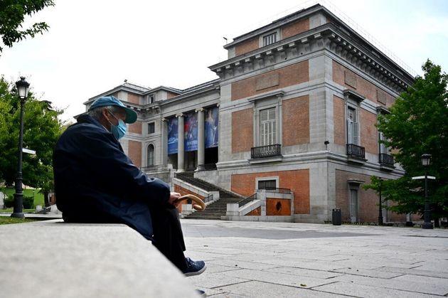 Un homme portant un masque chirurgical devant le musée du Prado à Madrid, le 4 juin