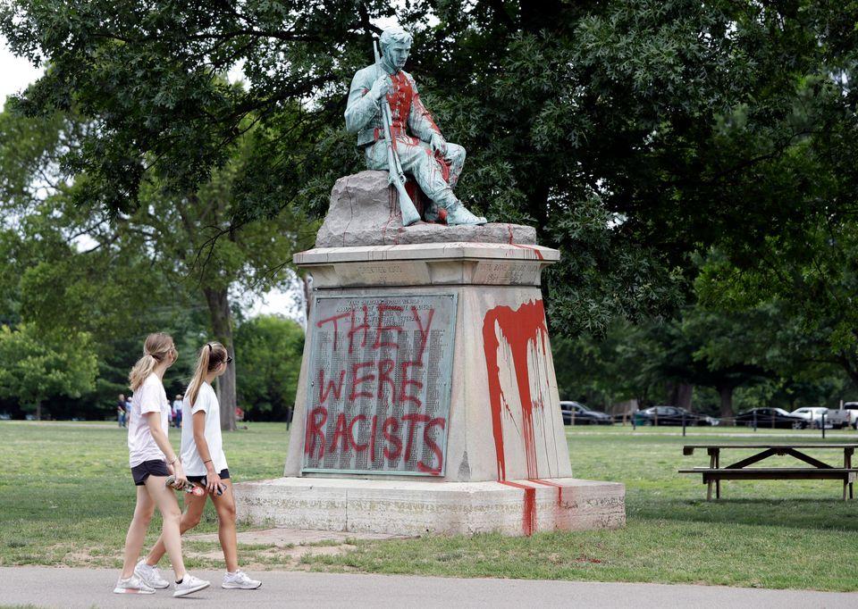(자료사진) 센테니얼 공원의 한 남부연합 기념물이 낙서로 덮여있다. 내슈빌, 테네시주. 2019년