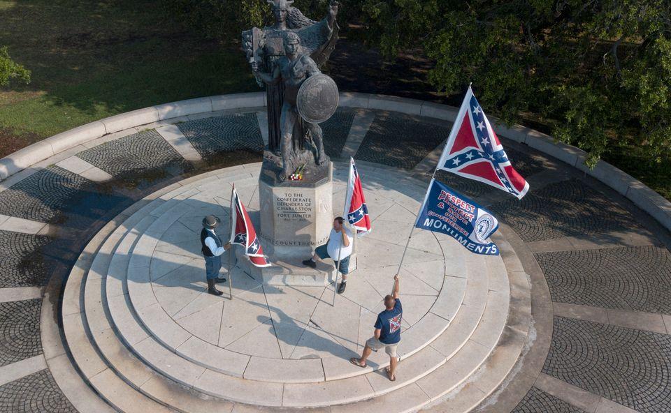 (자료사진) 주기적으로 기념 행사를 벌여온 'Flag Across the South' 회원들이 남부연합 기념물 앞에서 남부연합기를 흔들고 있다. 찰스턴, 사우스캐롤라이나주. 2019년