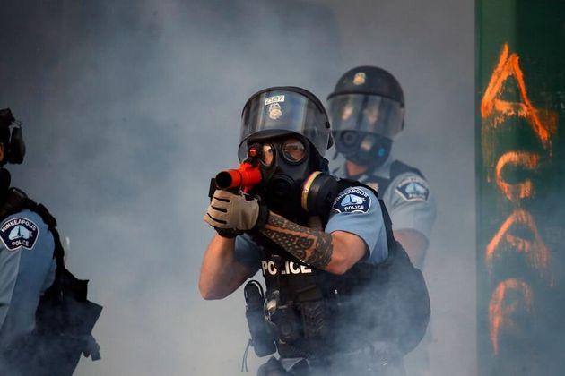 催涙ガスを発射しようとするミネアポリス警察