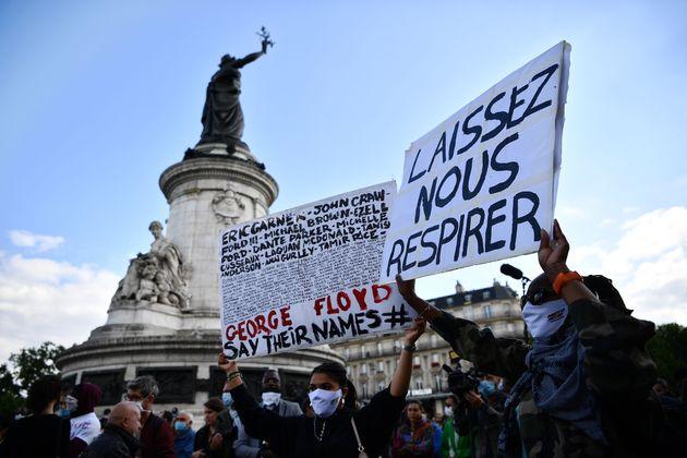 Lors d'une manifestation contre le racisme et les violences policières Place de la République...