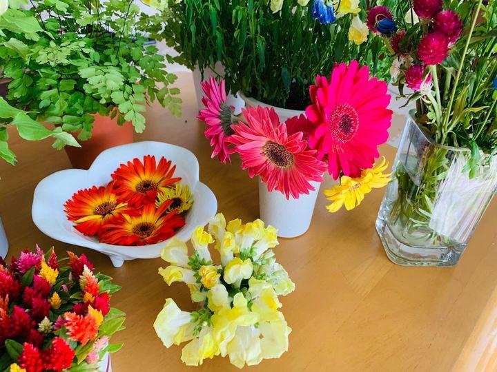 ガーベラはお花が垂れてきたら短く切って水に浮かべると、長く楽しめます