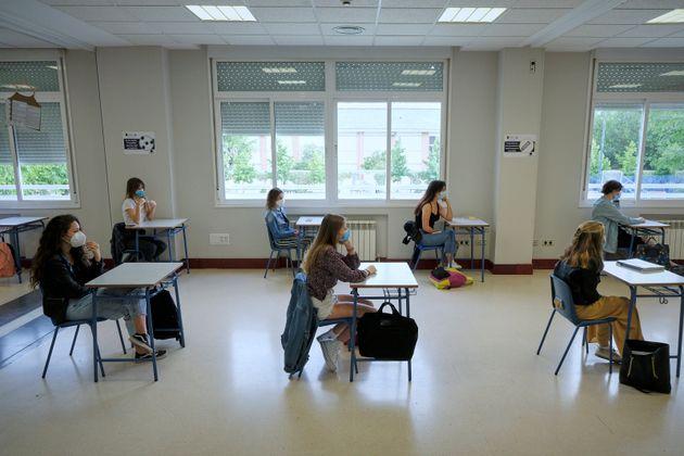 Estudiantes en un centro de Alameda de Osuna, en Madrid, que han vuelto a clase para preparar los exámenes...