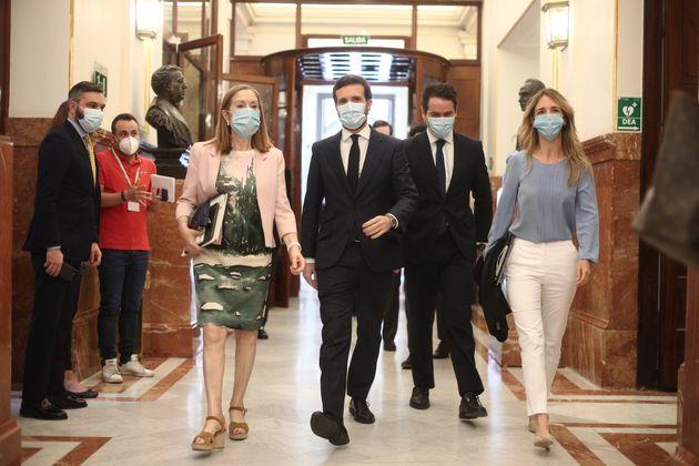 El presidente del PP, Pablo Casado, la portavoz parlamentaria, Cayetana Alvarez de Toledo, y la vicepresidenta...