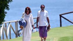 Las llamativas fotos de Aznar en Marbella: pareo como falda y mascarilla en la
