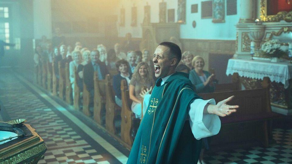 Bartosz Bielenia como o jovem padre impostor Daniel, uma alma em conflito que decide ajudar uma comunidade...
