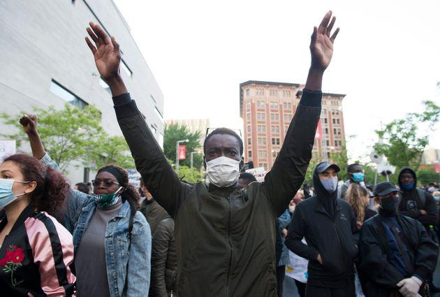Un jeune homme lors de la manifestation anti-racisme du 31 mai