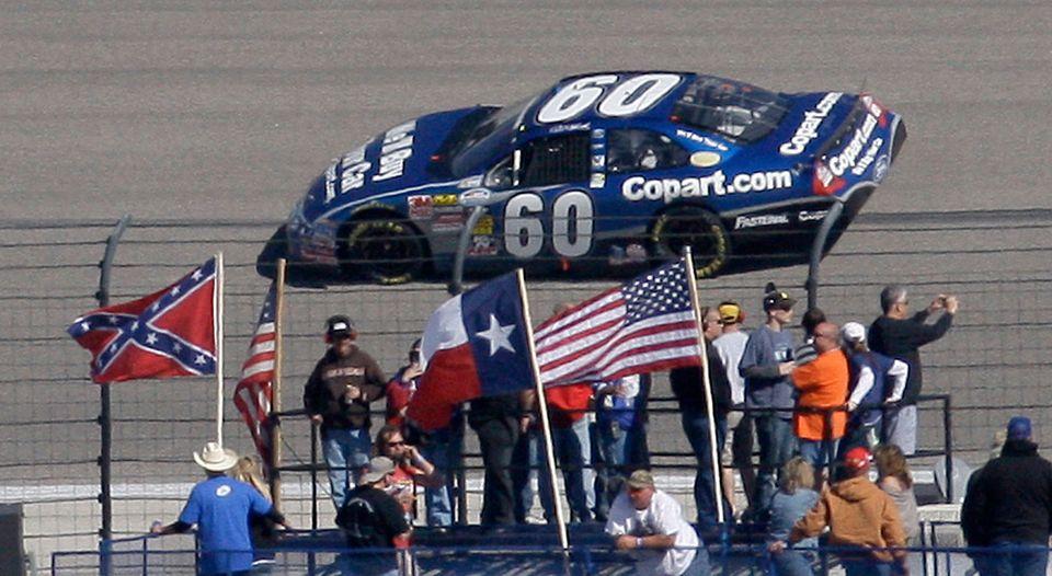 (자료사진) 나스카(NASCAR)가 앞으로 경기장 안팎에서 남부연합기를 퇴출시키겠다고