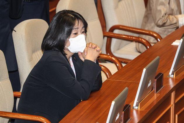 국회 본회의 참석한 윤미향 의원.