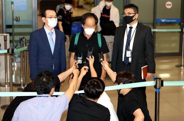 해적에 납치됐던 50대 한국인 남성 A씨가 10일 오후 인천공항을 통해 입국하고