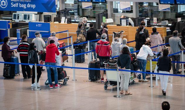 Pasajeros en el aeropuerto alemán de Stuttgart el 10 de junio de 2020 (Christoph Schmidt/picture...