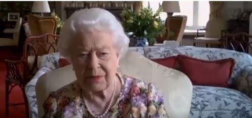 Questa volta la Regina Elisabetta si è superata. Eccola su Zoom per una call con la