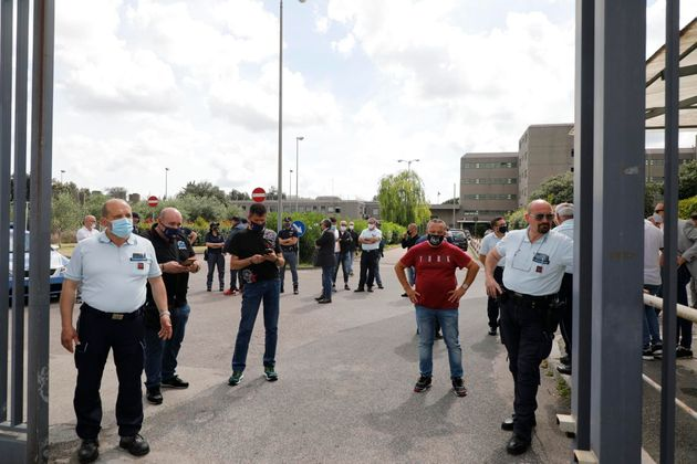 Lo spazio davanti al carcere di Santa Maria Capua