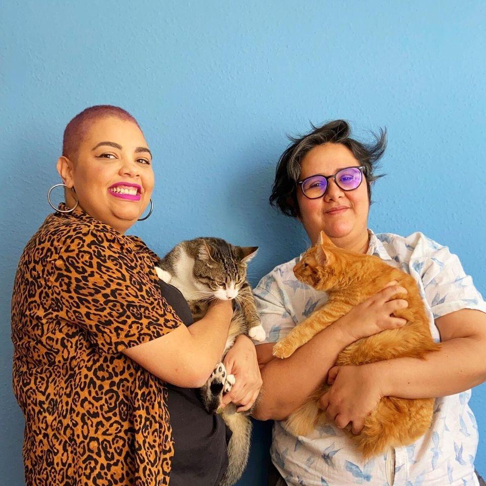 Thelma Lavagnoli (à esq.) com o gato Pipoca, e Juliana Rojas (à dir.) com Batata no