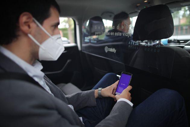 Un cliente y un conductor de Cabify dentro del coche con las