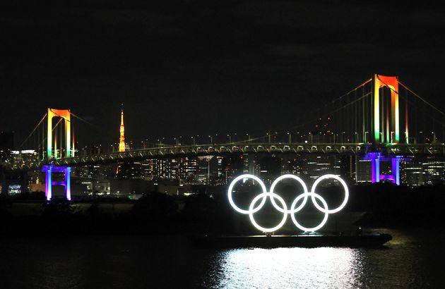 「東京アラート」が解除され、虹色にライトアップされたレインボーブリッジ=6月11日夜、東京都港区