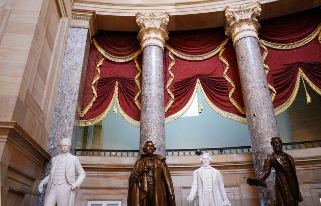 남부연합 대통령 제퍼슨 데이비스(왼쪽에서 두 번째)의 조각상이 미국 의사당 내 'NationalStatuary Hall'에 자리잡고 있는 모습. 민주당은 남부연합 지도자...